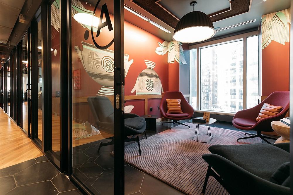 o estilo moderno dominando o escritório, apesar do uso da madeira
