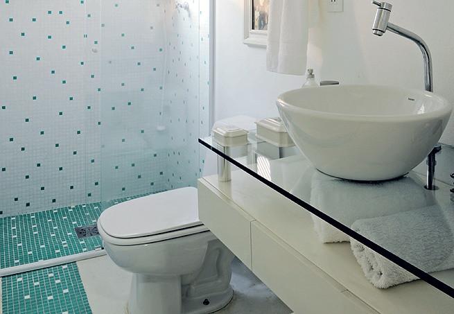 bancada de vidro em banheiro pequeno