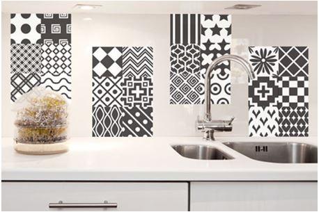 adesivo de azulejo preto e branco modernizando a cozinha