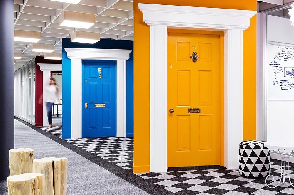 Objetos como portas que remetem ao mercado imobiliário, usadas como elementos de decoração e funcionalidade