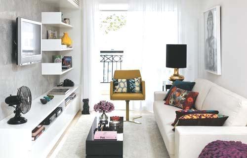 móveis e objetos de decoração dão o toque de sofisticação nesse apartamento alugado