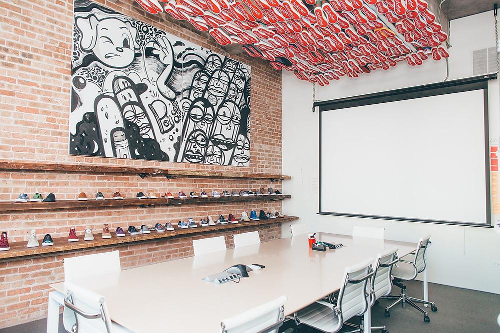 sala de reunião com tênis no teto