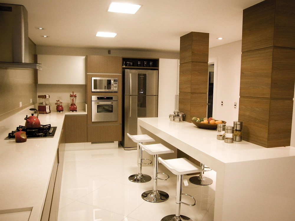 Cozinha neutra e iluminada