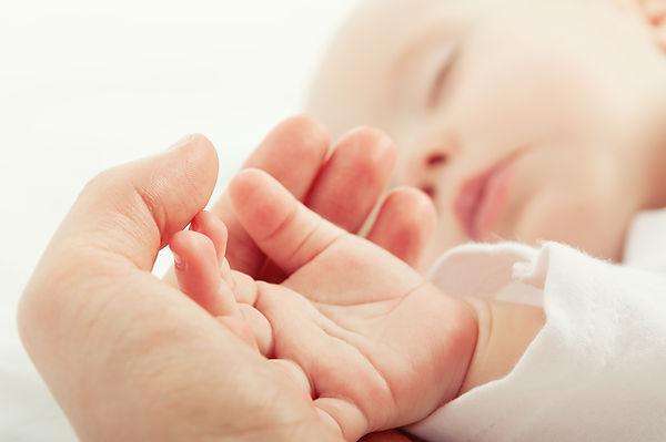 Hand des Schätzchens, Schlaf, Regulationsstörungen, Liebe, Zärtlichkeit, Mutter