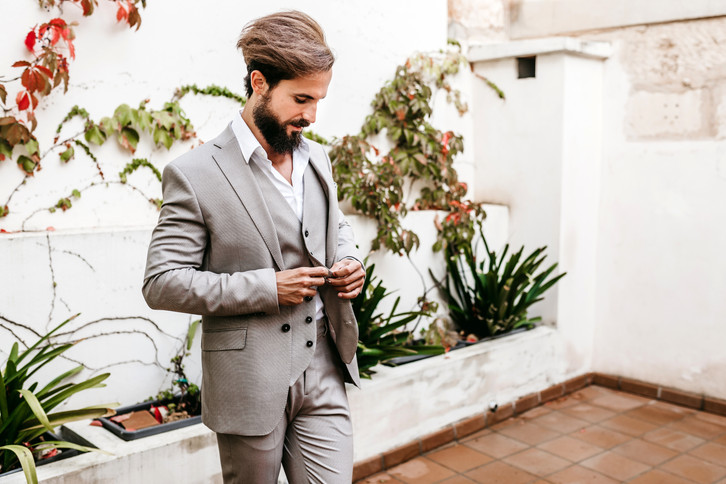 groom getting ready in Mallorca