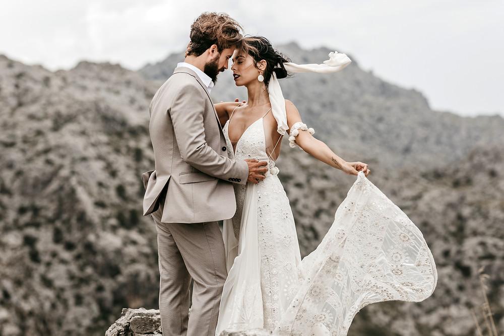 bride and groom wedding photos in the Mallorca mountains