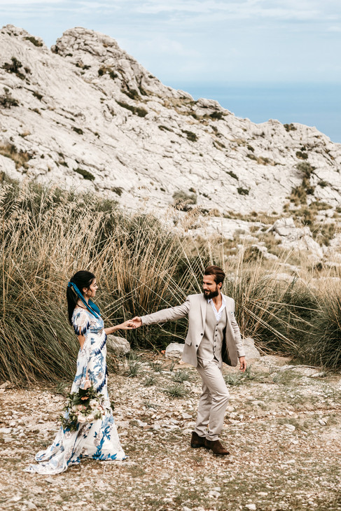 bride and groom elopement in Mallorca overlooking the sea
