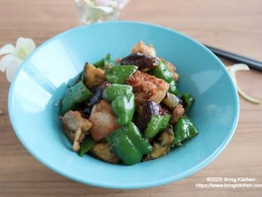 白いご飯のおかず♡【レシピ】鶏とピーマンのショガバタ炒め