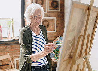 senior-woman-painting-pictures-in-art-st