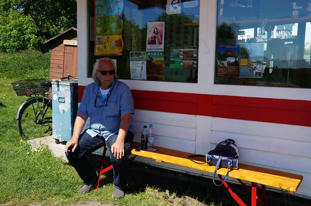 warten auf die Bockwurst auf Hiddensee