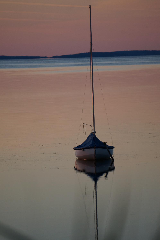ein Segelboot vor Anker