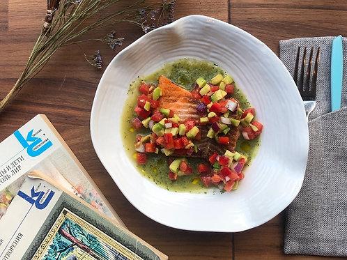 Форель с овощной сальсой и огуречным соусом
