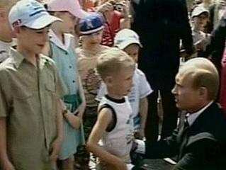 Путин поцеловал мальчика в живот