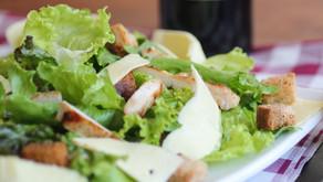 Salade de poulet, parmesan et croûtons