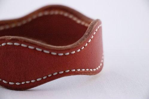 Bracelet cuir rouge et couture blanche