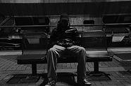 Mann im Dunkeln auf Bank