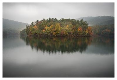Fall color on Lake Petit, Big Canoe, Georgia