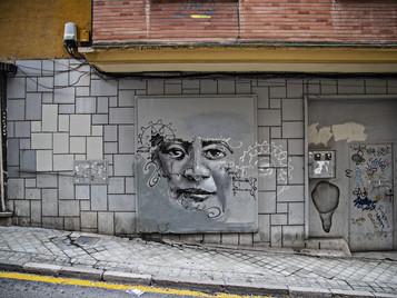 El Niño de las Pinturas sigue dando vida a los muros de su ciudad.