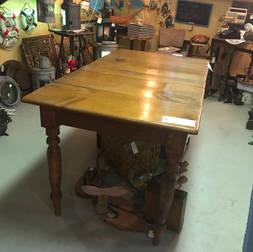 Table cuisine clous carrés en pin 30 par 52 pouces hauteur 30 pouces et 3 rallonges de 10 pouces  395$