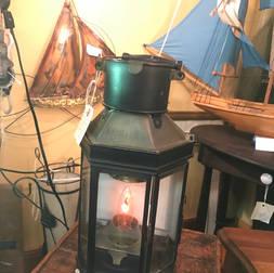 Vieux fanal à l'huile qui a été électrifié
