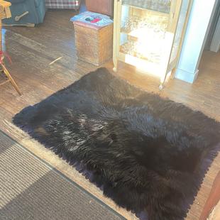 Très belle peau d'ours noire 4 pieds par 5 (pour cariole