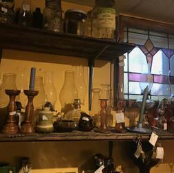 Plusieurs lampes à l'huile et chandeliers