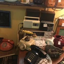 Téléphones et radios (le téléphone beige est vendu)