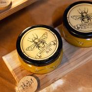 白石蜂業 (beekeeper)
