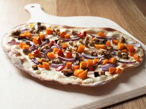 Herbstlicher Flammkuchen mit Kürbis und Walnüssen