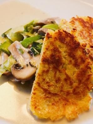 Champignon-Lauch-Gemüse mit knusprigen Kartoffelpuffern
