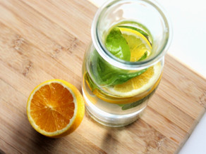 Infused Water mit Orange und Basilikum