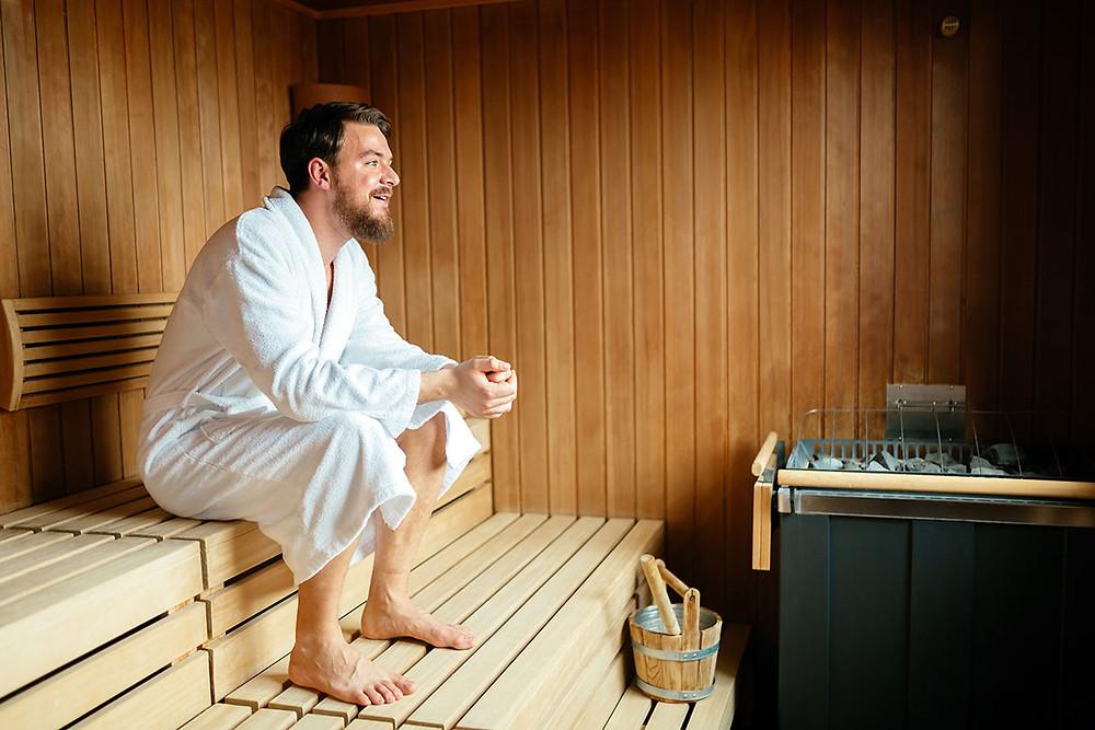 Sportovec relaxující v sauně u chladícího bazénku