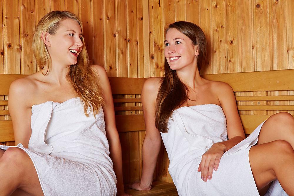 Nahota v sauně, saunovací osuška a kilt