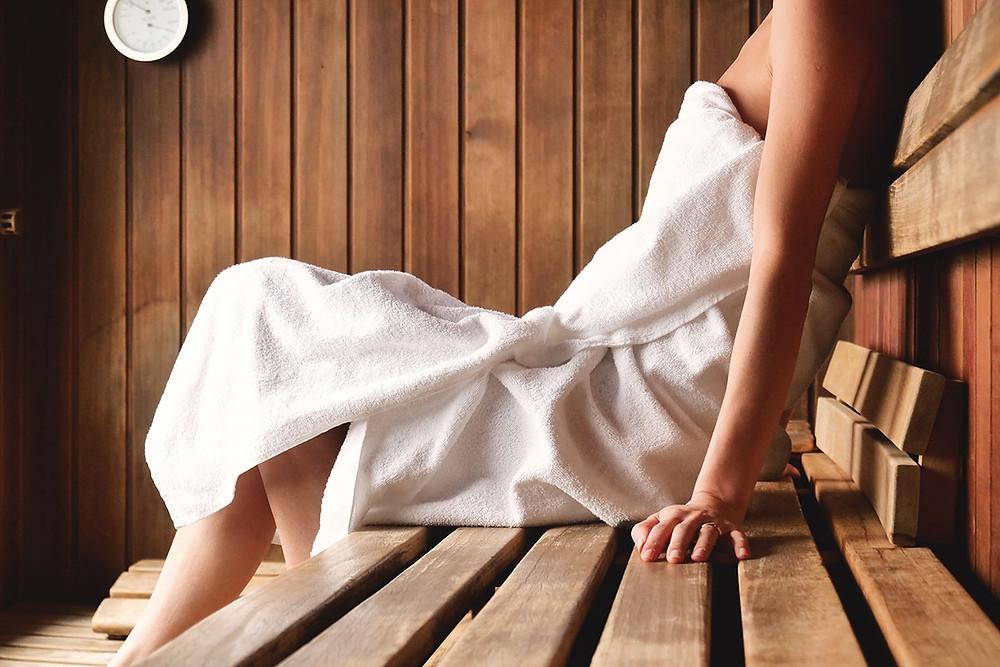 Detoxikace organismu a žena relaxující v sauně