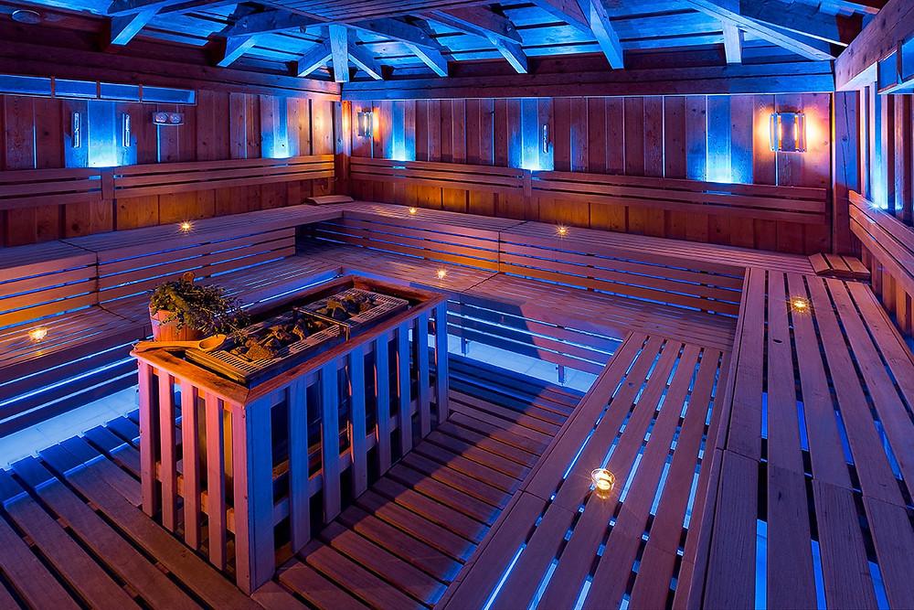 interiér finské sauny při nočním osvětlení
