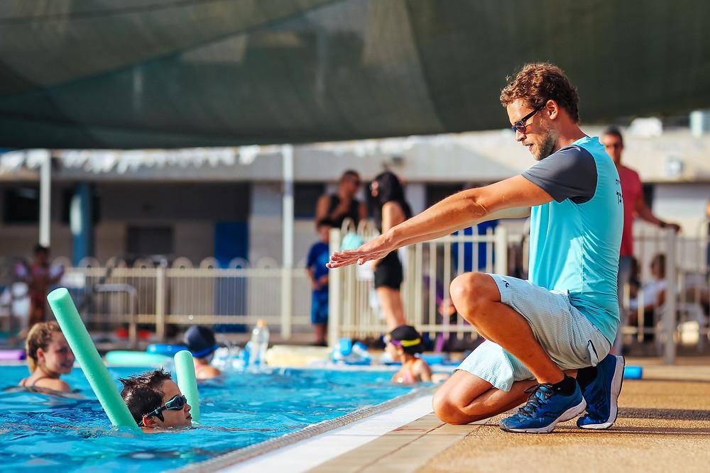 איזה חוגים מתקיימים? איתן אורבך עונה על שאלות נפוצות בנושא בית הספר לשחייה