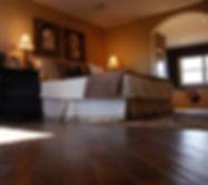Dormitorio de lujo con pisos de madera