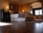 Luxus-Schlafzimmer mit Holzfußböden