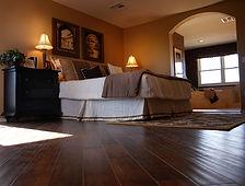 Slaapkamer van de luxe met hardhouten vl