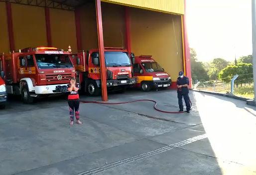 Jovem maravilhense ganha banho dos bombeiros e visita da PM no dia do aniversário