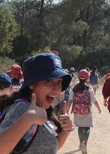 נוער תל״םבטיול, נערה מחייכת ומרימה שני אגודלים