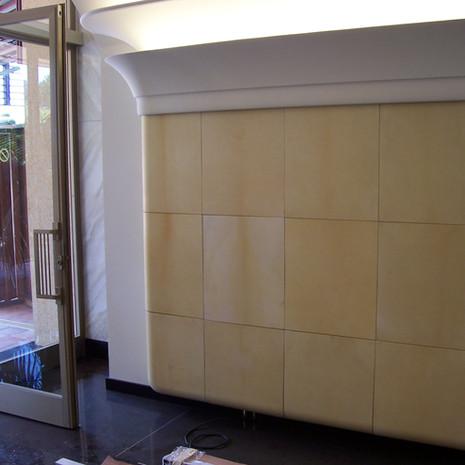Panneaux de parchemins. Entrée de la Galerie Rocabella, Monaco. Par nos soins