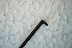Rampe d'escalier sur-mesure et papier peint trompe l'oeil