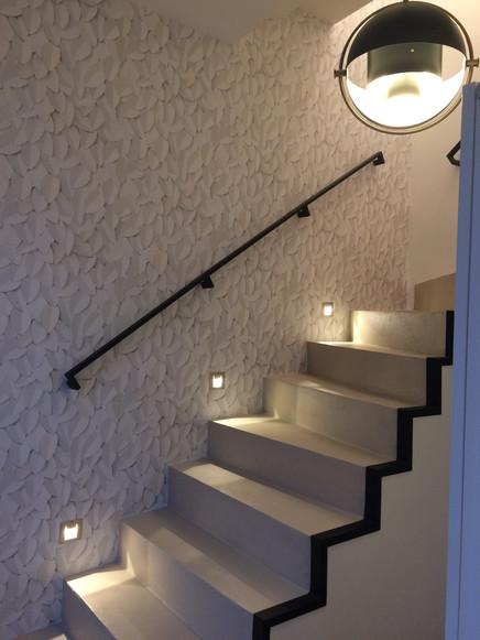 Alliance du noir, du béton et d'un papier peint pour cette montée d'escalier