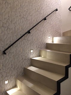 Montée d'escalier en métal et béton recouvert de peinture epoxy.