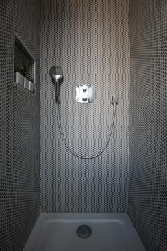 Robinetterie encastrée dans la douche parentale