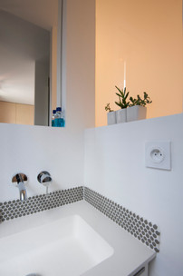 Robinetterie encastrée dans la salle de bain des parents
