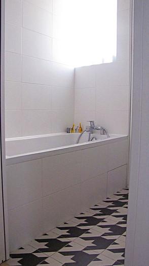 Salle de bains noire et blanche