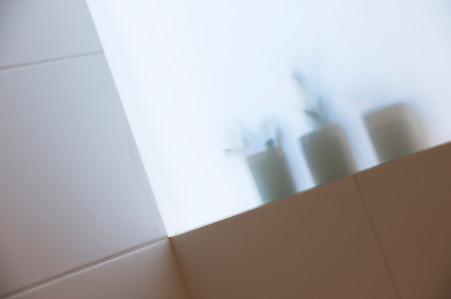 Une vitre opaque pour séparer les 2 salles de bains