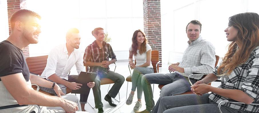 Groupe de personnes qui discutent lors d'un stage de Communication NonViolente